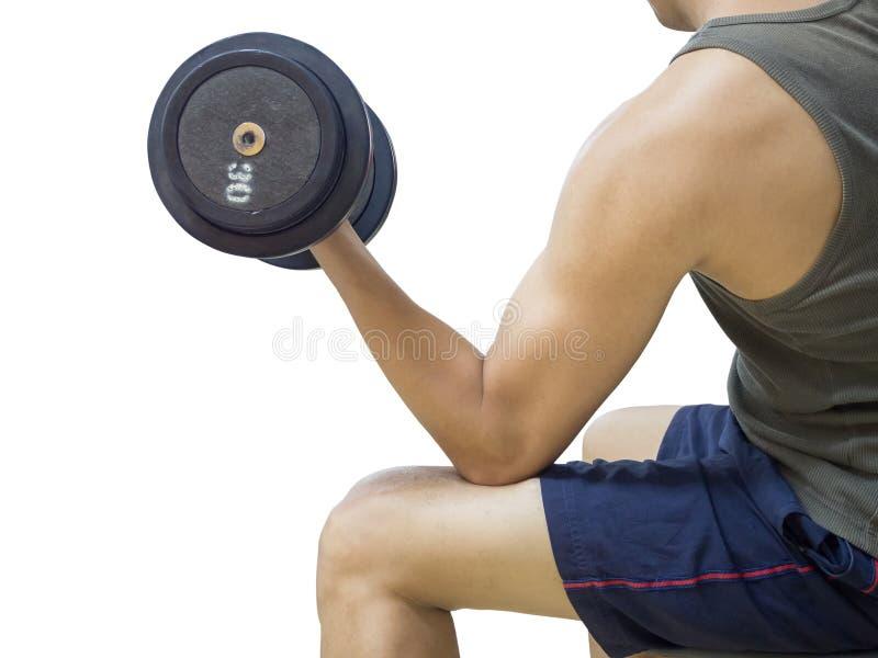 Nahaufnahme von anhebenden Gewichten eines jungen Athletenmannes lizenzfreie stockbilder