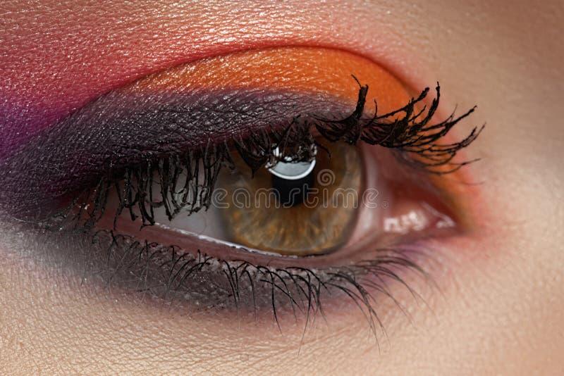 Nahaufnahme von Art und Weise mustert Verfassung, helle Augenschminke lizenzfreies stockfoto