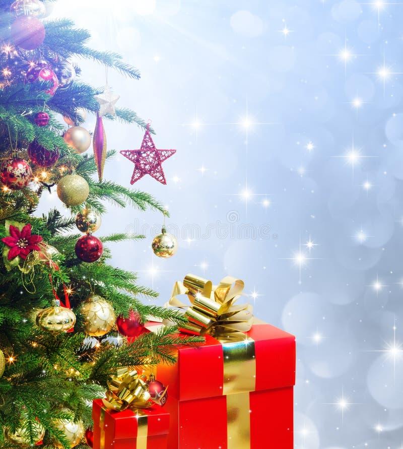 Nahaufnahme von Baumweihnachten verziert mit Geschenken stockfoto