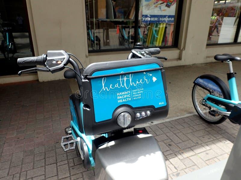 Nahaufnahme von Biki Bikeshare auf Fort-Straßen-Mall vor Fisher Hawaii lizenzfreies stockbild