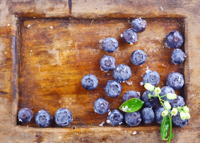 Nahaufnahme von Blaubeeren in einem alten benutzten hölzernen Behälter stockfotografie