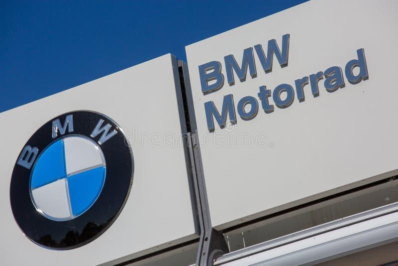 Nahaufnahme von BMW-Logo auf weißem frontstore lizenzfreie stockfotografie