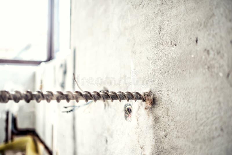 Nahaufnahme von Bohrgeräten auf Baustelle Heimwerker, der eine Bohrmaschine des Jackhammer verwendet, um Löcher zu machen lizenzfreies stockfoto