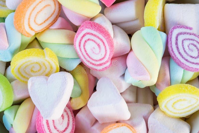 Nahaufnahme von bunten Minieibischen mit Süßigkeitshintergrund stockbilder