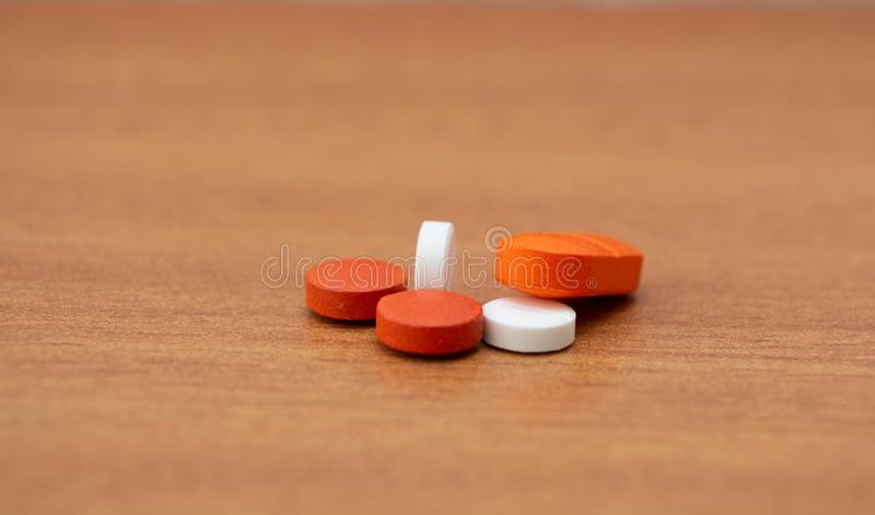Nahaufnahme von bunten Pillen an auf Tabelle stockbild