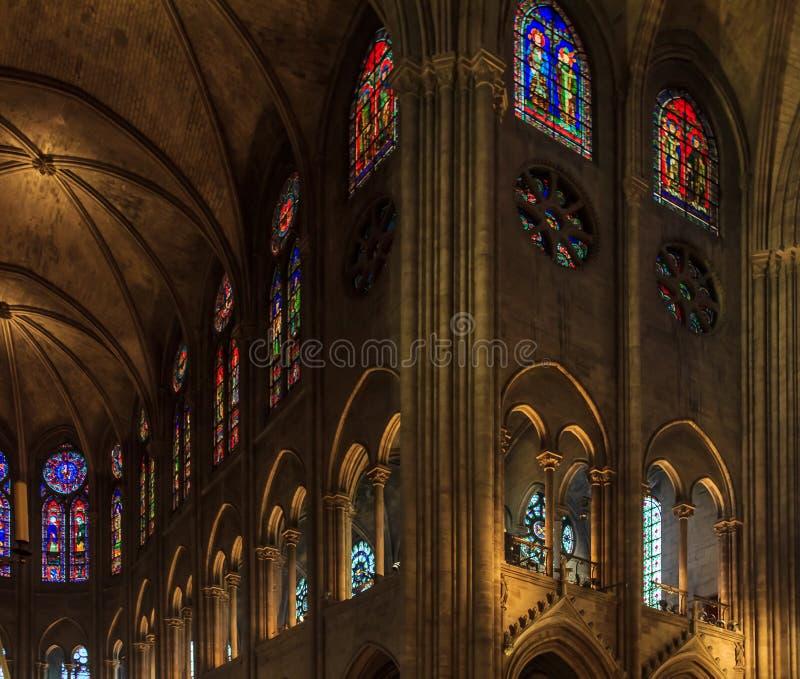 Nahaufnahme von Buntglasfenstern und von gewölbtem Kloster und Decke im Notre Dame de Paris Cathedral in Paris Frankreich lizenzfreie stockfotografie