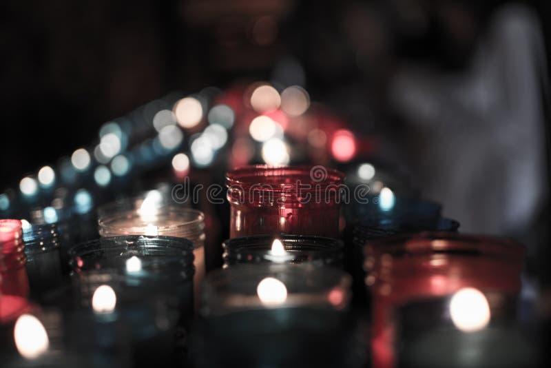 Nahaufnahme von den bunten Kerzen, die im Tunnel von Covadonga, Cangas de Onis, Asturien, Spanien brennen spirituality stockbilder