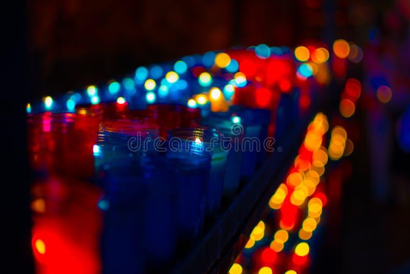 Nahaufnahme von den bunten Kerzen, die im Tunnel von Covadonga, Cangas de Onis, Asturien, Spanien brennen spirituality stockfotografie