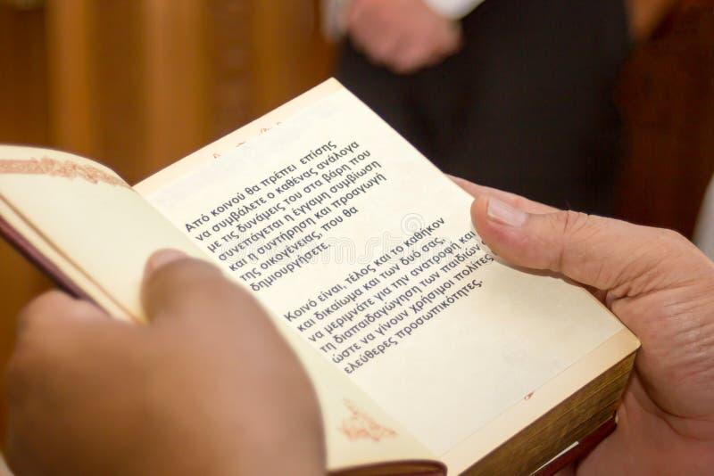 Nahaufnahme von den Händen, die ein Evangelium halten lizenzfreie stockfotos