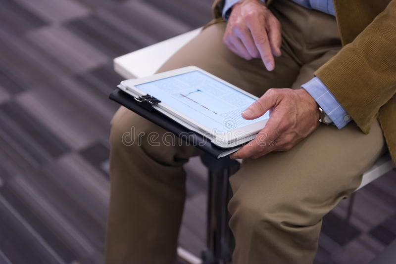 Nahaufnahme von den reifen Händen, die Tablette halten stockfotos