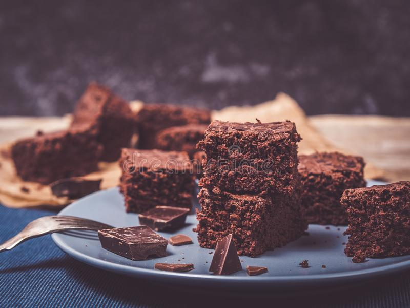Nahaufnahme von den selbst gemachten Schokoladenkuchen verziert mit Schokolade lizenzfreie stockfotografie