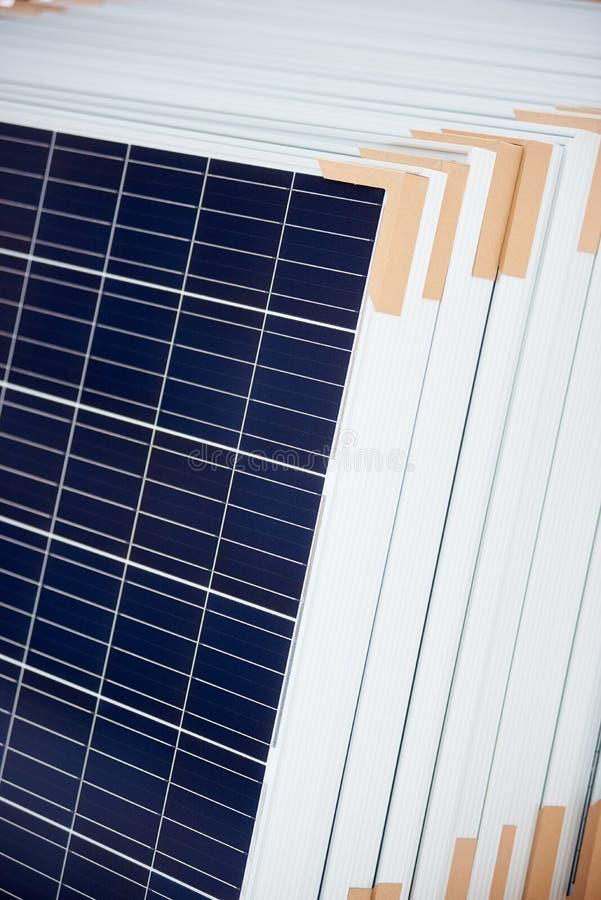 Nahaufnahme von den Sonnenkollektoren vorbereitet für Installation lizenzfreies stockfoto