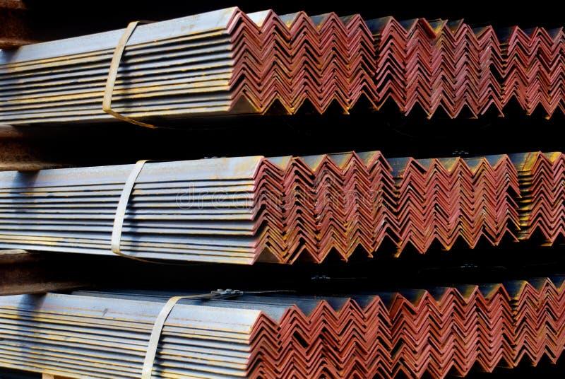 Nahaufnahme von den Stahl galvanisierten Winkeln zusammen gebündelt stockfotografie