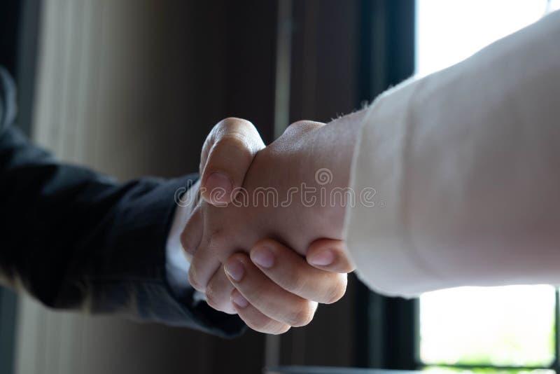 Nahaufnahme von den Teilhabern, die Hände rütteln und ?bergeben Sie Gesch?ftsleute und Frauen, die, H?nde r?ttelnd lizenzfreies stockbild
