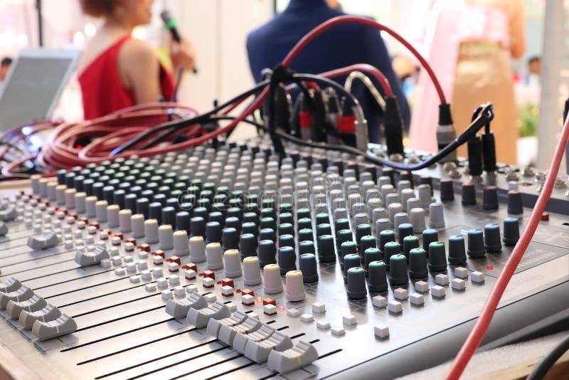 Nahaufnahme von DJ-Tuner Control der elektronischen Geräte das Mikrofon im Hörsaal lizenzfreie stockfotografie