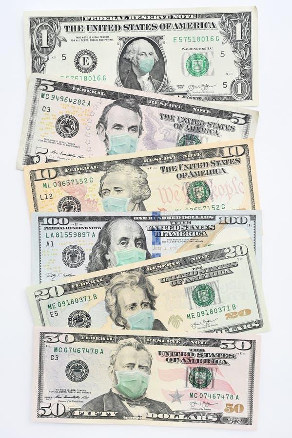 Nahaufnahme von Dollar-Banknoten mit Gesichtsmaske lizenzfreie stockfotos