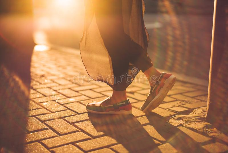 Nahaufnahme von Füßen einer jungen Dame bei Sonnenuntergang stockbilder