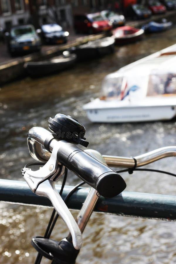Nahaufnahme von Fahrradgriffen mit dem Ausflugboot, das hinten überschreitet lizenzfreie stockbilder