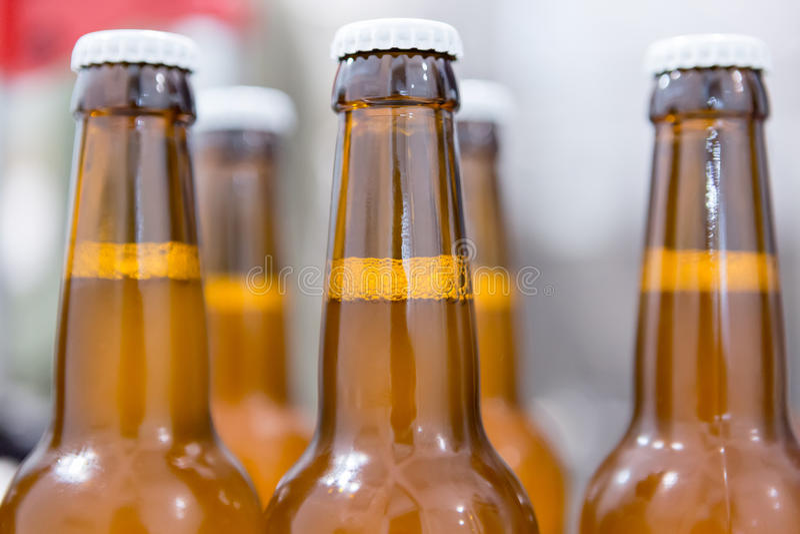 Nahaufnahme von Flaschen voll Bier lizenzfreies stockbild