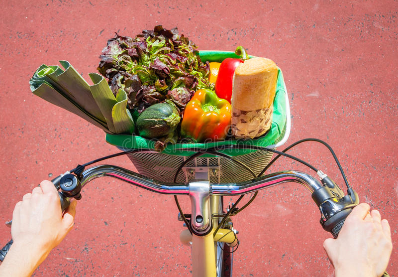 Nahaufnahme von Frau winth Lebensmittelgeschäften in einem Korbfahrrad lizenzfreie stockbilder