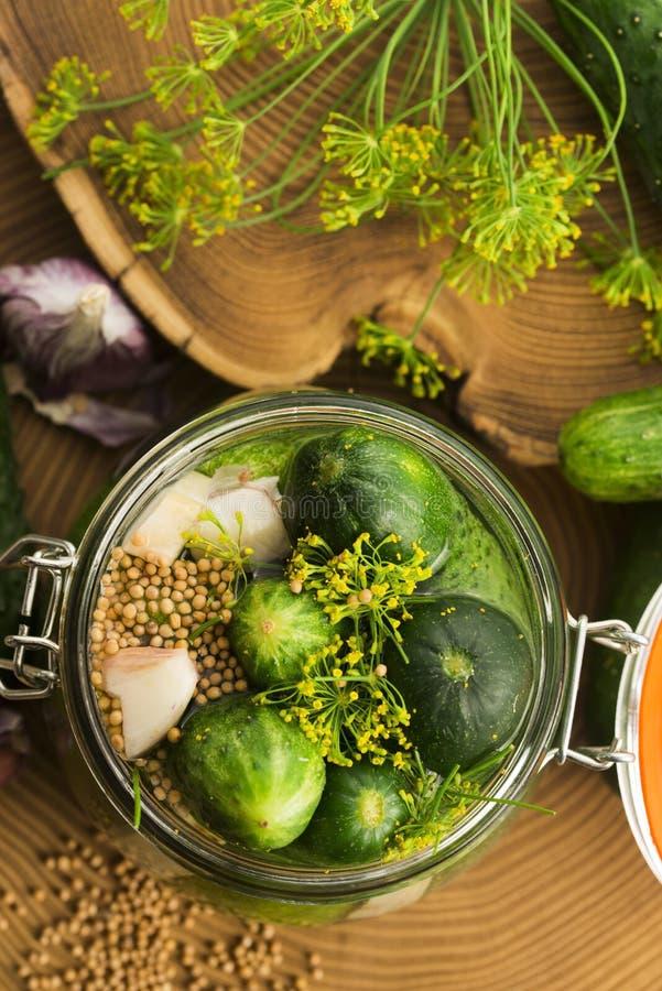Nahaufnahme von frischen in Essig einlegenden Gurken stockfotos