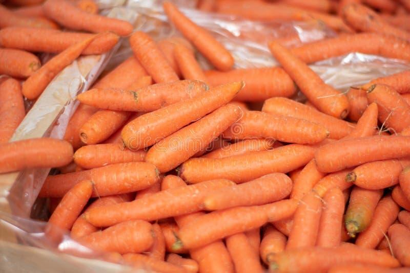 Nahaufnahme von frischen Karotten im Markt stockbilder