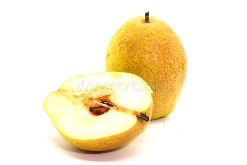 Nahaufnahme von gelben frischen reifen organischen Birnen und von halber Birne stockfotos