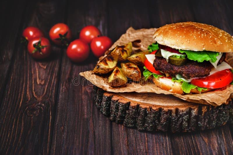 Nahaufnahme von gemachten Rindfleischhauptburgern mit Kopfsalat und Majon?se diente auf kleinem h?lzernem Schneidebrett Dunkler H lizenzfreies stockbild