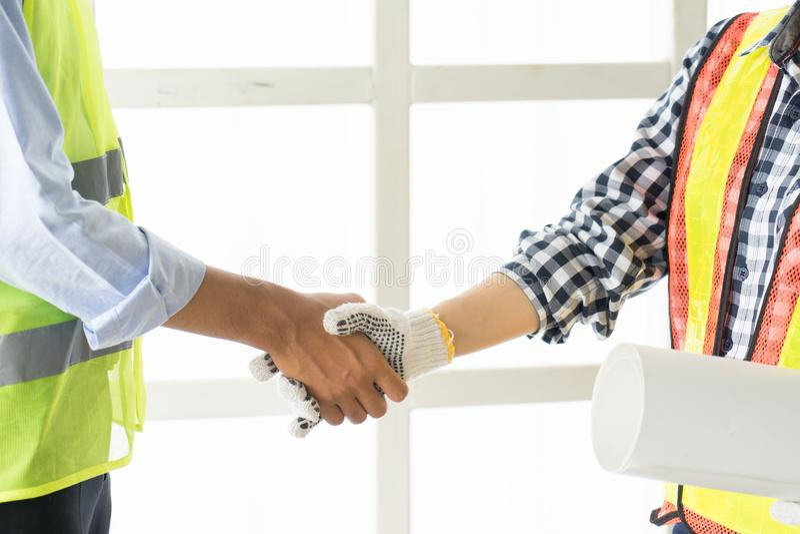 Nahaufnahme von Geschäftsleuten Händeschütteln Hübscher Bau w lizenzfreie stockfotografie
