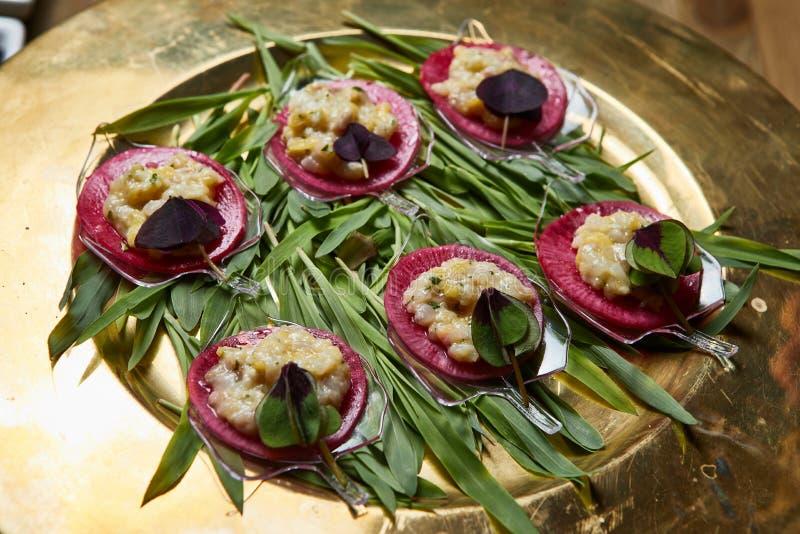Nahaufnahme von gesunden organischen Salaten des strengen Vegetariers stockfotos