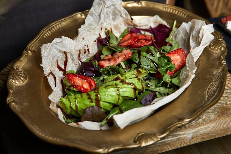 Nahaufnahme von gesunden organischen Salaten des strengen Vegetariers lizenzfreies stockfoto