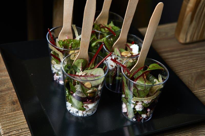 Nahaufnahme von gesunden organischen Salaten des strengen Vegetariers stockbilder