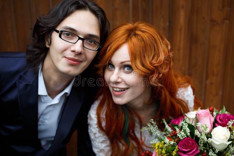 Nahaufnahme von glücklichen boho Hochzeitspaaren stockfoto
