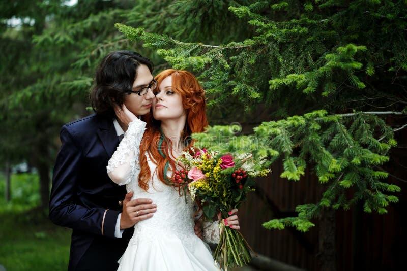 Nahaufnahme von glücklichen boho Hochzeitspaaren lizenzfreie stockbilder