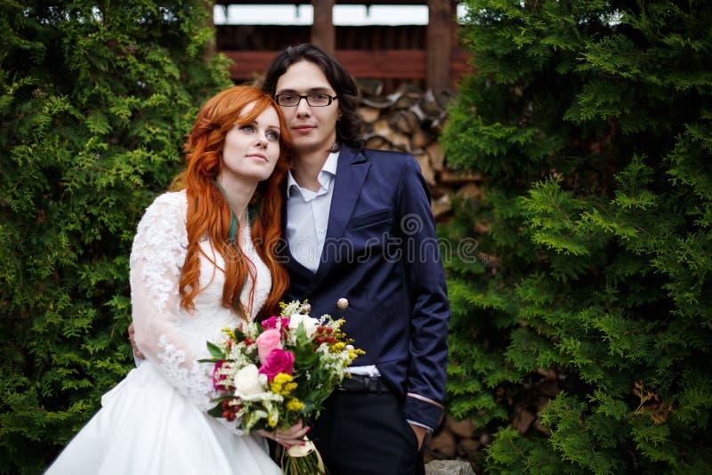 Nahaufnahme von glücklichen boho Hochzeitspaaren lizenzfreie stockfotografie