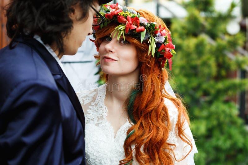 Nahaufnahme von glücklichen jungen Hochzeitspaaren lizenzfreie stockfotografie
