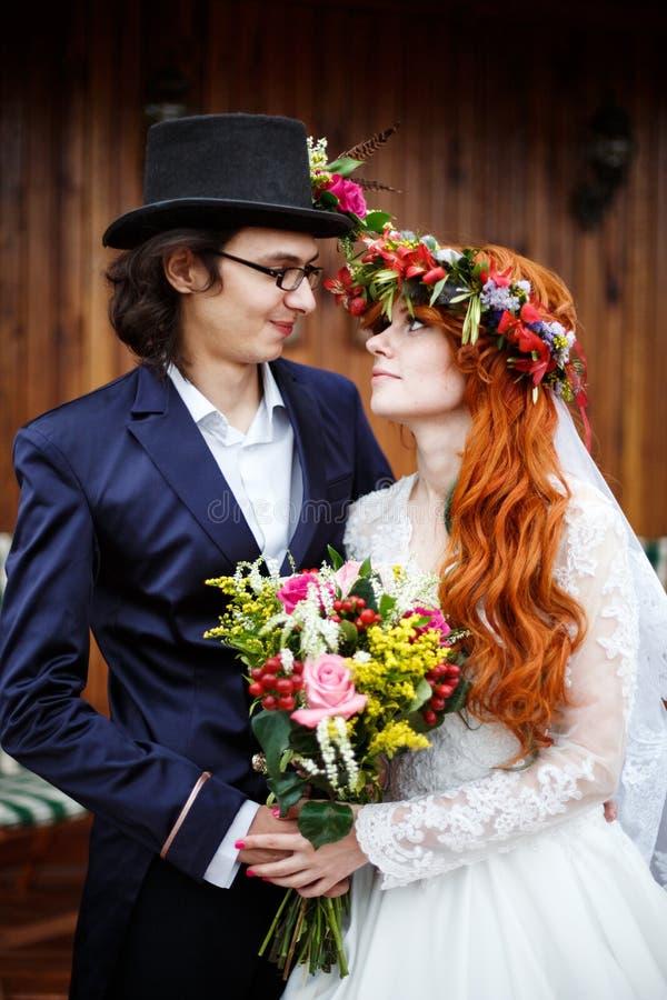 Nahaufnahme von glücklichen jungen Hochzeitspaaren lizenzfreie stockfotos