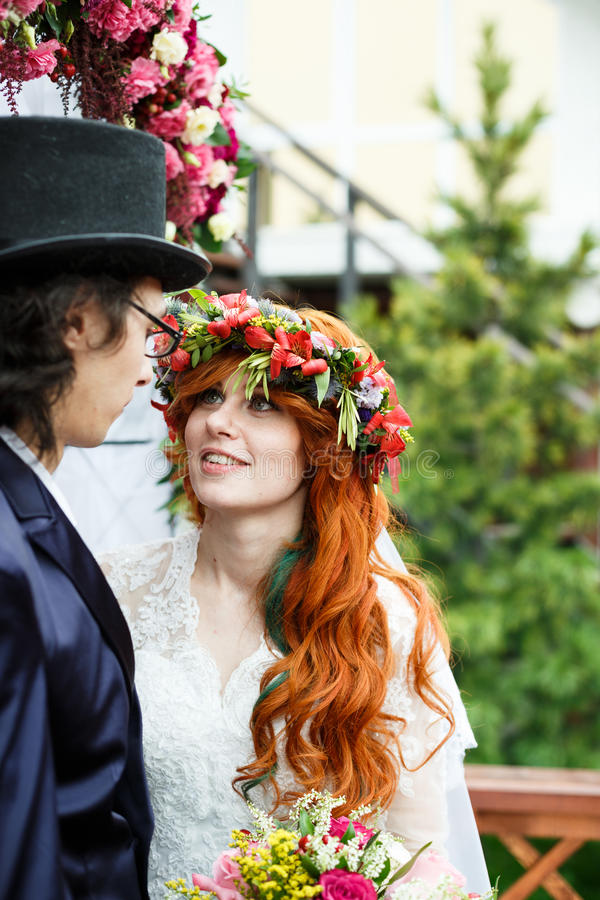 Nahaufnahme von glücklichen jungen Hochzeitspaaren stockfotografie
