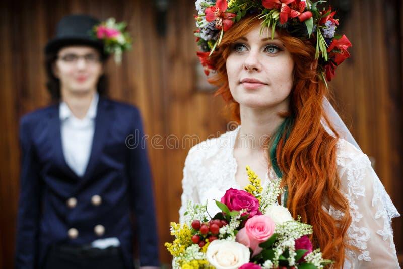Nahaufnahme von glücklichen jungen Hochzeitspaaren lizenzfreies stockbild