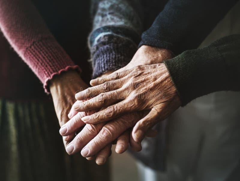 Nahaufnahme von Händen von älteren Leuten lizenzfreie stockfotos