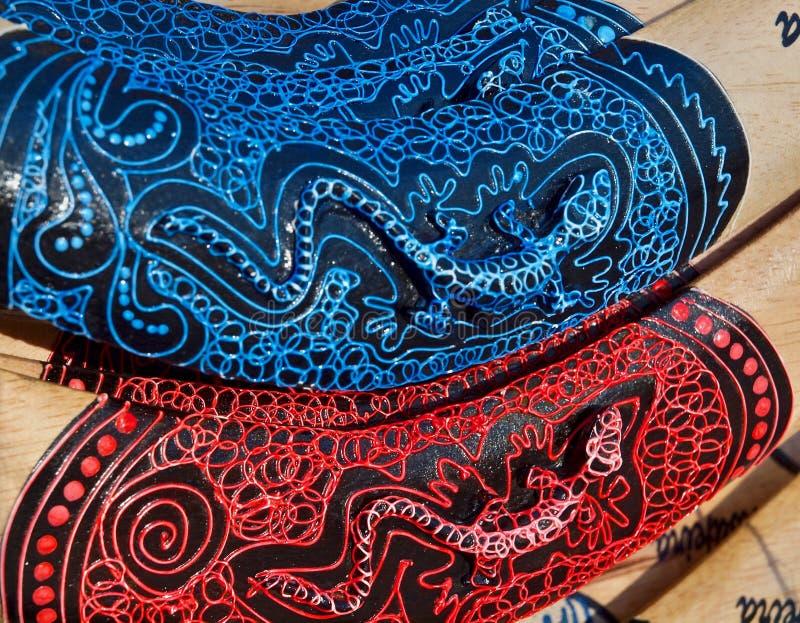 Nahaufnahme von hölzernen gemalten Bumerangs lizenzfreie stockbilder