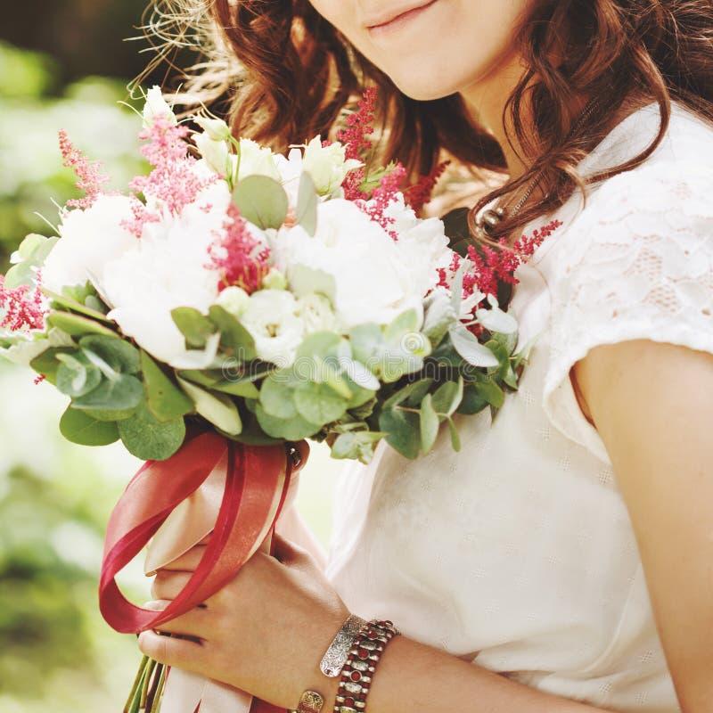 Nahaufnahme von Hochzeitsblumen in den Händen stockfotos