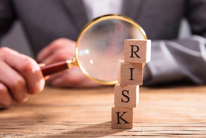 Nahaufnahme von Holzklötzen mit Risiko-Wort stockfotos