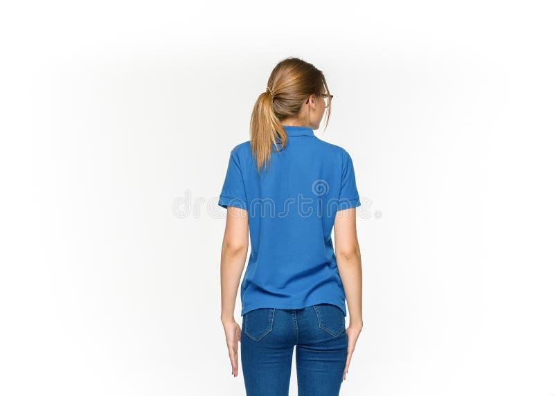 Nahaufnahme von junge Frau ` s Körper im leeren blauen T-Shirt lokalisiert auf weißem Hintergrund Spott oben für Konzept des Entw stockfotos