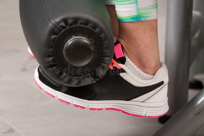 Nahaufnahme von jungen weiblichen Füßen beim Trainieren lizenzfreie stockfotografie