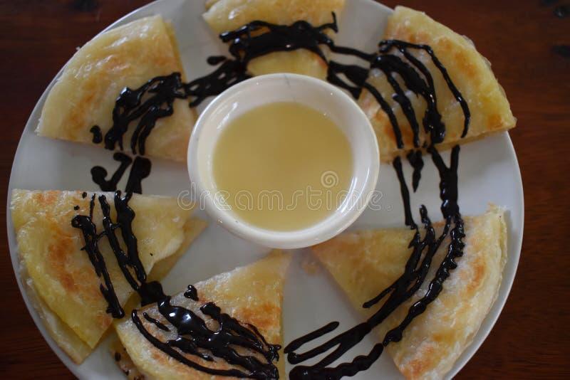 Nahaufnahme von köstlichen Pfannkuchen mit Schokoladensoße lizenzfreie stockfotos