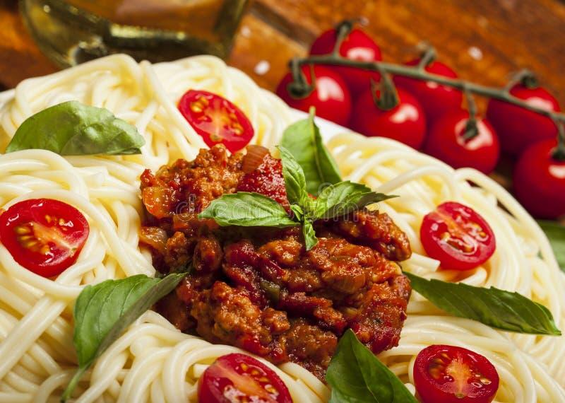 Nahaufnahme von köstlichen Spaghettis Bolognaise oder Bewohner von Bolognese mit wohlschmeckendem gehacktem Rindfleisch und Tomat stockbilder