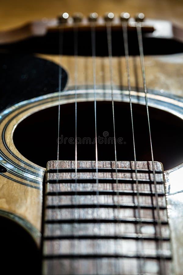 Nahaufnahme von klassischen Gitarrenschn?ren lizenzfreie stockfotografie