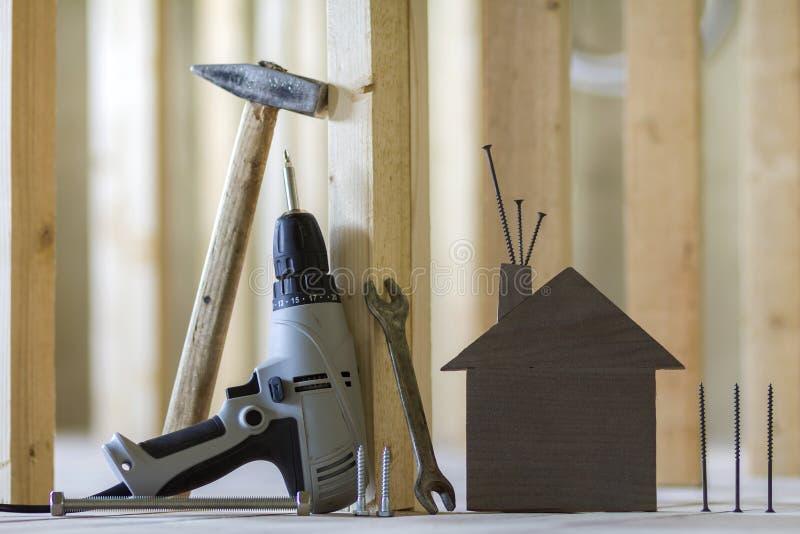 Nahaufnahme von kleinen braunen Musterhaus- und Gebäudewerkzeugen auf hölzernem stockfotos