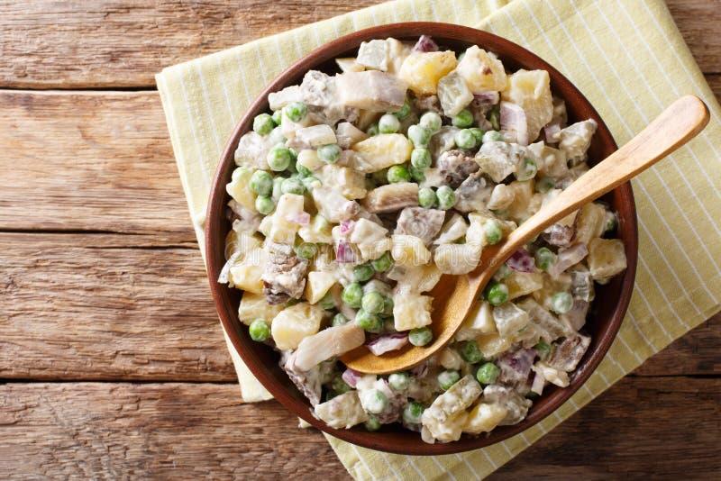 Nahaufnahme von lettischen baltischen Salat rosols machte vom Gemüse, von den Heringen und vom Rindfleisch in einer Schüssel auf  lizenzfreie stockbilder